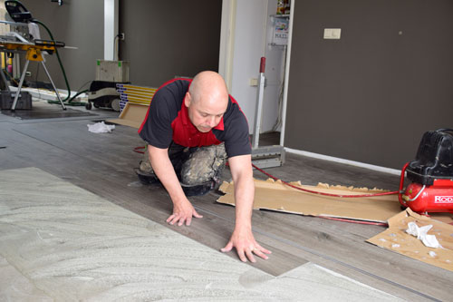 Leggen van stroken voor een PVC-vloer
